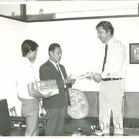 Mr.Frank Albert ผู้อำนวยการ USIS ขอนแก่นเข้าพบศาสตราจารย์พิมล  กลกิจ  อธิการบดีเพื่อมอบหนังสือตำราวิชาการต่างๆ ให้แก่หอสมุดกลางมหาวิทยาลัยขอนแก่นเป็นจำนวน 110 เล่ม