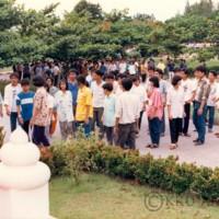 นักศึกษาใหม่  ประจำปีการศึกษา 2530  เดินทางเข้าสู่มหาวิทยาลัยขอนแก่น  และเข้าสักการะพระพุทธชินราช  โรงพยาบาลศรีนครินทร์