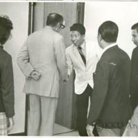 ฯพณฯ เอ็มแอล จอห์นสตัน  เอกอัครราชทูตออสเตรเลีย  ประจำประเทศไทย พร้อมด้วยภริยาและคณะเข้าเยี่ยมชมกิจกรรมของมหาวิทยาลัยขอนแก่นเมื่อวันที่ 15 พฤศจิกายน 2517 เวลา 11.45 น. โดยมีอธิการบดีและคณบดีร่วมให้การต้อนรับและในวันรุ่งขึ้นท่านเอกอัครราชทูตและคณะได้เข้าชมโครงการทางเกษตรของคณะเกษตรศาสตร์อีกเป็นเวลา 2 ชั่วโมง โดยมีคณบดีและคณาจารย์คณะเกษตรศาสตร์ร่วมต้อนรับและนำชม