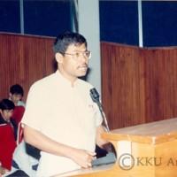 พิธิปัจฉิมนิเทศนักศึกษา รุ่นที่ 23 ปีการศึกษา 2532 โดยมี รศ.นพ.นพดล ทองโสภิต อธิการบดี เป็นประธานในพิธี ร่วมด้วย รศ.นพ.ชนินทร์ มหรรฆานุเคราะห์ รองอธิการบดีฝ่ายวางแผนและพัฒนา และ ผศ.ดร.อนุกูล จินตรักษ์ รองอธิการบดีฝ่ายวิจัย