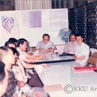 รศ.นพ.สมพร  โพธินาม  อธิการบดี   และทีมผู้บริหารฟังบรรยายสรุปวิทยาลัยสุรนารี(มทส.ในปัจจุบัน)  ณ คณะวิทยาศาตร์  มหาวิทยาลัยขอนแก่น