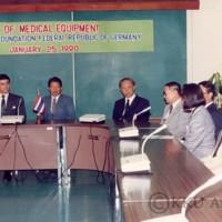 พิธีมอบกล้องจุลทรรศน์ แก่คณะแพทยศาสตร์ มหาวิทยาลัยขอนแก่น <br /> THE PRESENTATION OF MEDICAL EQUIPMENT FROM ALEXANDER VON HUMBOLDT FOUNDATION FEDERAL REPUBLIC OF GERMANY TO K.K.U. JANUARY 25, 1990   <br /> โดยมี รศ.นพ.นพดล ทองโสภิต อธิการบดี, คณะผู้บริหาร และ คณบดีคณะแพทยศาสตร์ ร่วมในพิธีรับมอบ<br />