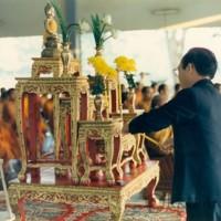 พิธีทำบุญตักบาตร  เนื่องในวันสถาปนา มหาวิทยาลัยขอนแก่น  โดยมี รศ.นพ.สมพร  โพธินาม  อธิการบดี   เป็นประธาน